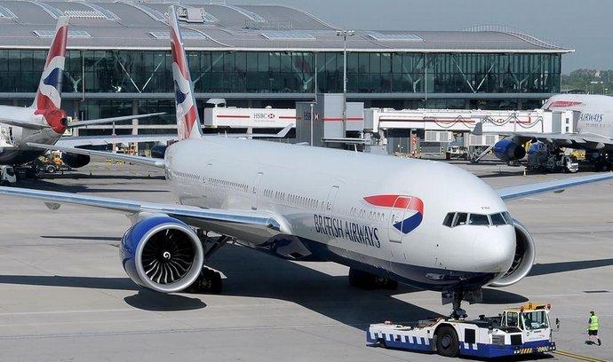 Boeing 777 aerolinek British Airways na letišti Heathrow