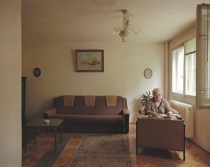 1. patro, byt č. 7 - žena, která si přála zůstat v anonymitě. Před rokem 1989 pracovala jako designérka bankovek. Do bytu se přistěhovala před deseti lety a žije v něm sama.