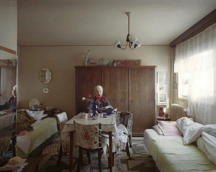 8. patro, byt č. 42 - manželé Eneovi. V bytě žijí od roku 1967. Pan Ene je dlouhodobě upoután na lůžku.