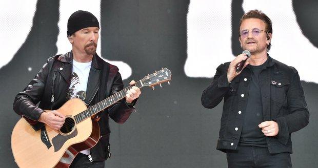 Bono Vox (vlevo) a kytarista The Edge z U2