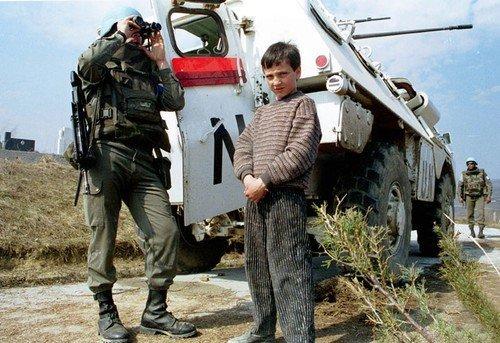 Bosenský chlapec po boku francouzského vojáka v roce 1993