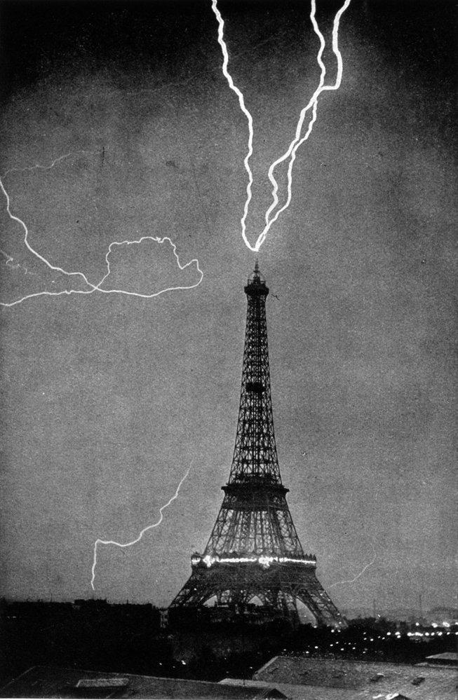 Eiffelova věž v Paříži na archivním snímku