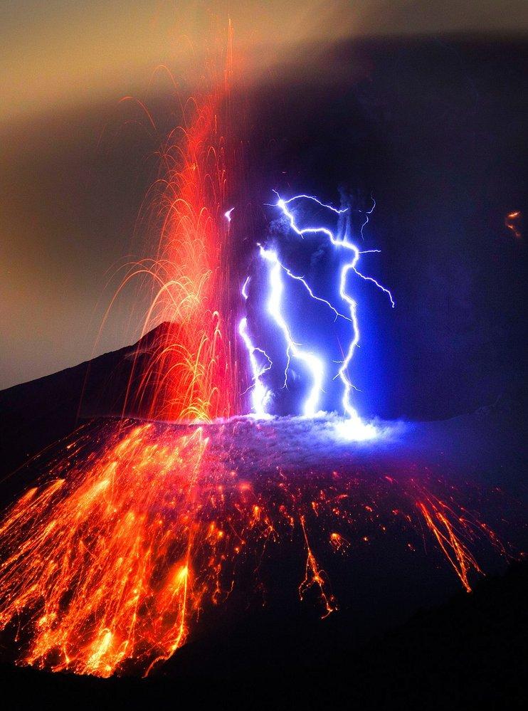 Blesky nad soptícím vulkánem Sakura-džima v Japonsku