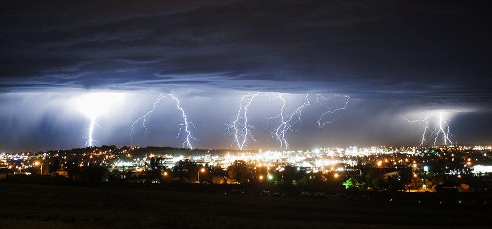 Bouře nad městem Gillette v americkém Wyomingu.