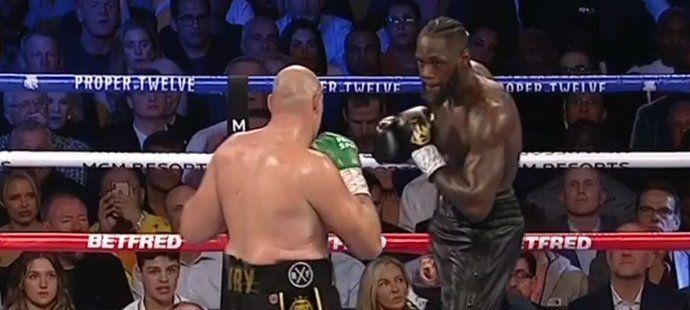 V zápase Wilder vs. Fury 2 měl celou dobu navrch britský ranař. Američanův tým nakonec vhodil v sedmém kole do ringu ručník, takže Fury vyhrál technickým knockoutem.