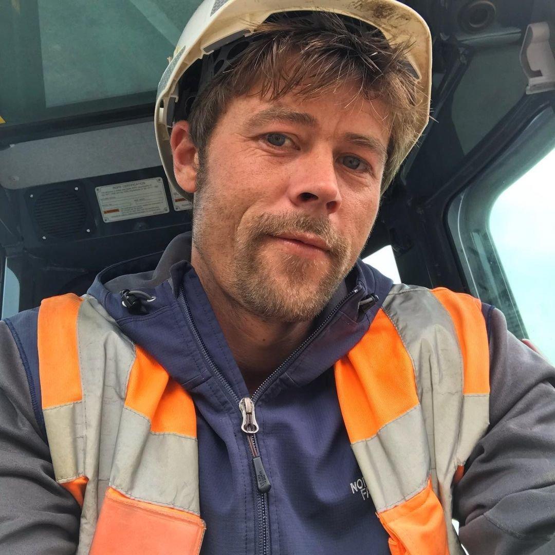 Nathan pracuje na stavbě.