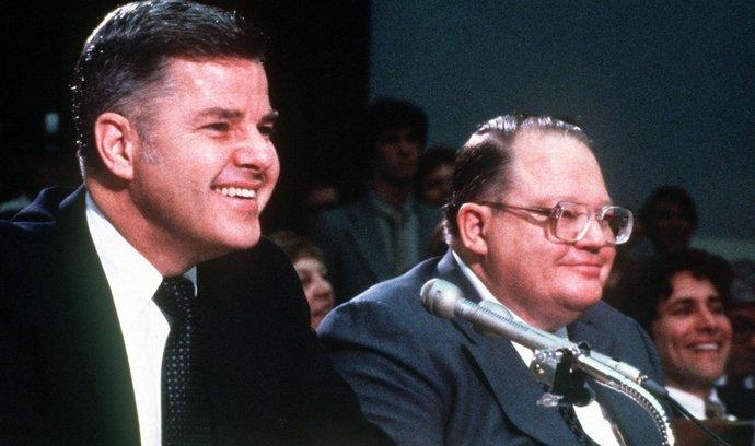 Bratři W. Herbert Hunt (vlevo) a nyní zesnulý Nelson Bunker Hunt (vpravo)