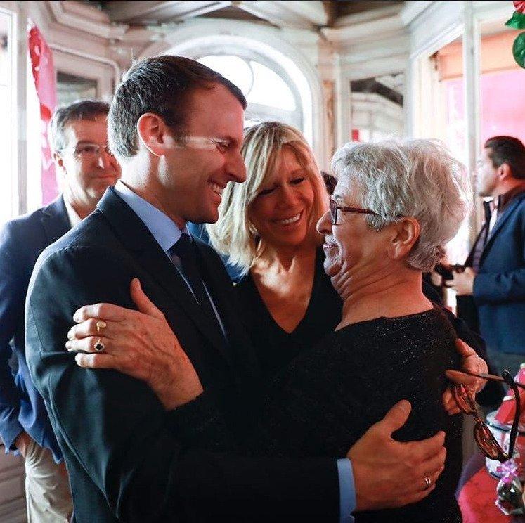 Emmanuel Macron se svojí babičkou, jeho manželka je v pozadí