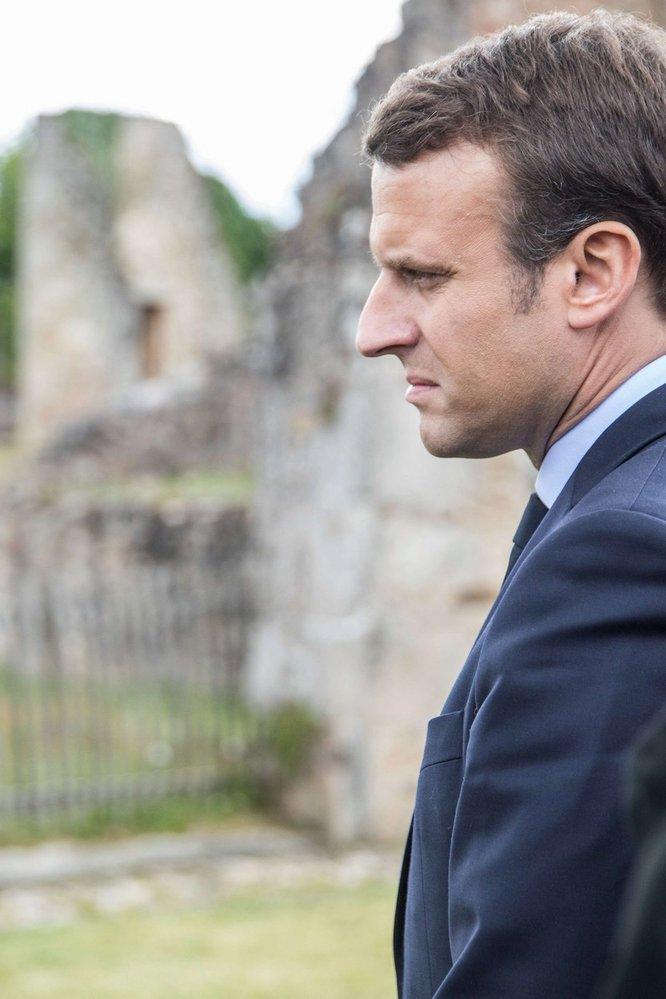 Zamyšlený Emmanuel Macron