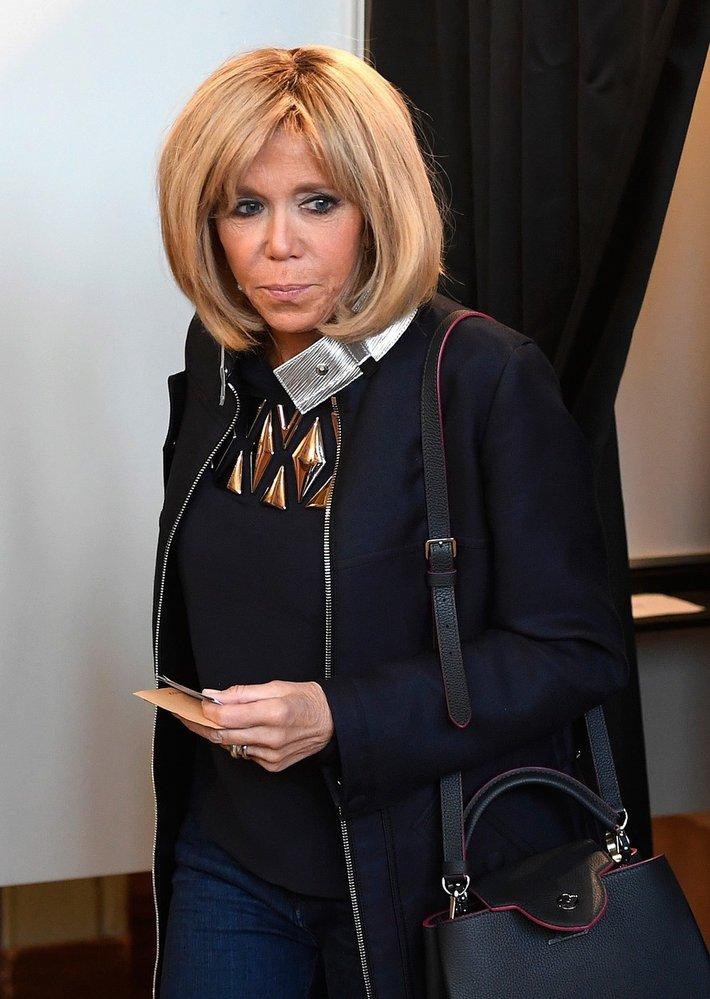 Brigitte Macron při druhém kole prezidentských voleb ve Francii