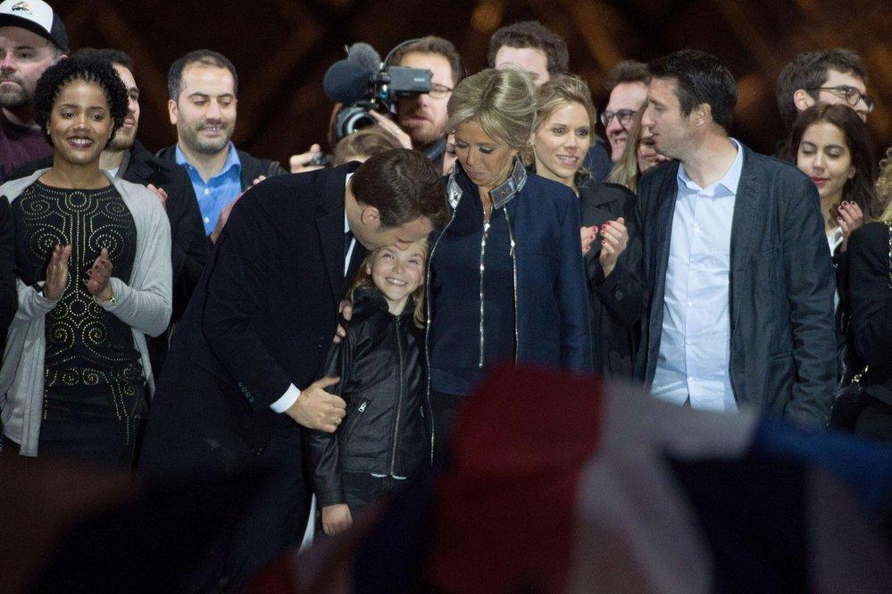 Tím, koho nový prezident Francie objímá, není jeho dcera, ale vnučka jeho manželky