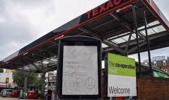 Johnson kvůli panice u stanic zvažuje, že povolá vojáky na rozvoz benzinu
