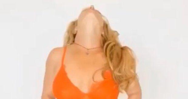 Britney provokovala v prádélku.