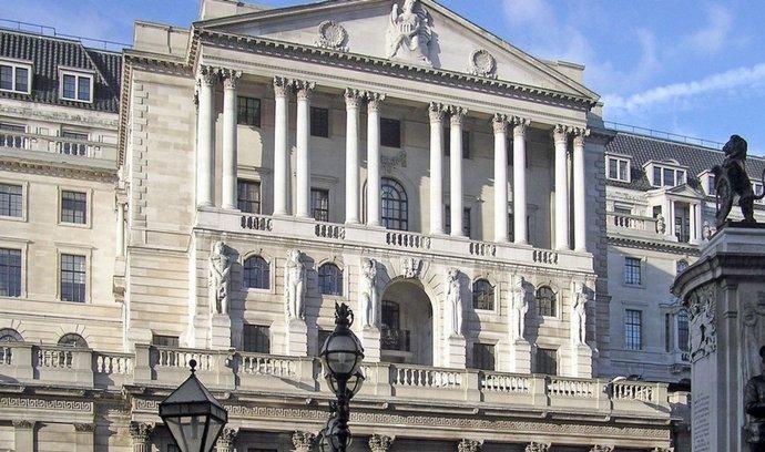 Britská centrální banka zrušila pandemická omezení pro vyplácení dividend.