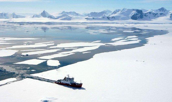 Britská hlídková loď HMS Endurance při plavbě Antarktidou
