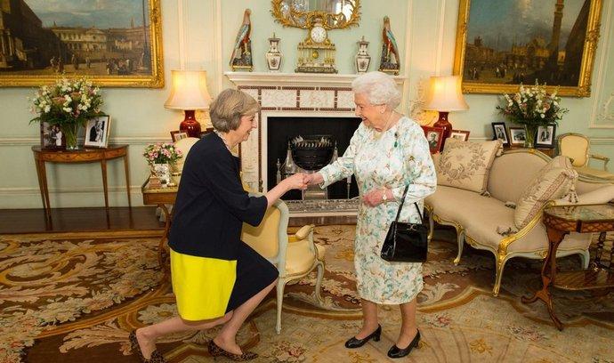 Britská královna Alžběta II. pověřila funkcí ministerské předsedkyně Theresu Mayovou