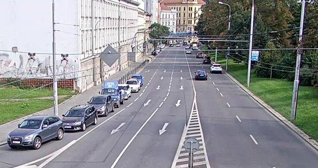 Místem činu je proslulá brněnská lávka architektky Evy Jiřičné, vedoucí přes Koliště.