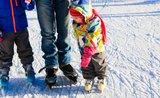 Poprvé na ledě: naučte své děti bruslit