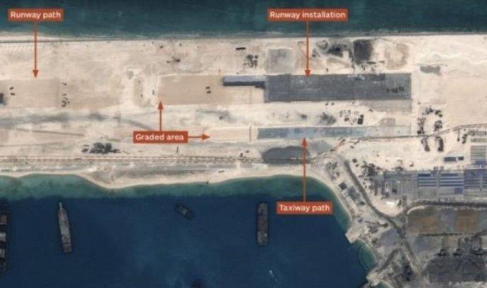 Budovaná runway v severovýchodní části útesu Fiery Cross Reef