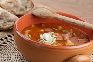 Bramborový guláš, sedlácký salát nebo placky: 7 receptů na celý týden!