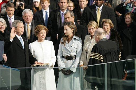 Slavnostní přísaze George Bushe přihlížela manželka Laura i dvojčata Jenna a Barbara