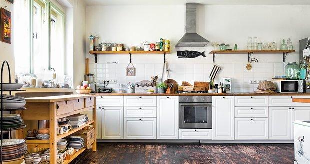 Velkorysá kuchyň je z IKEA, stejně jako otevřený stůl, kde má majitelka uskladněné nádobí – to nejoblíbenější keramické si přivezla z Džerby.