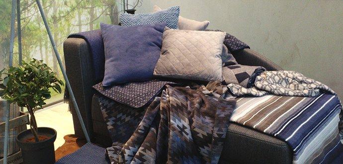 Obrazem: Bytovému textilu vládnou zemité barvy