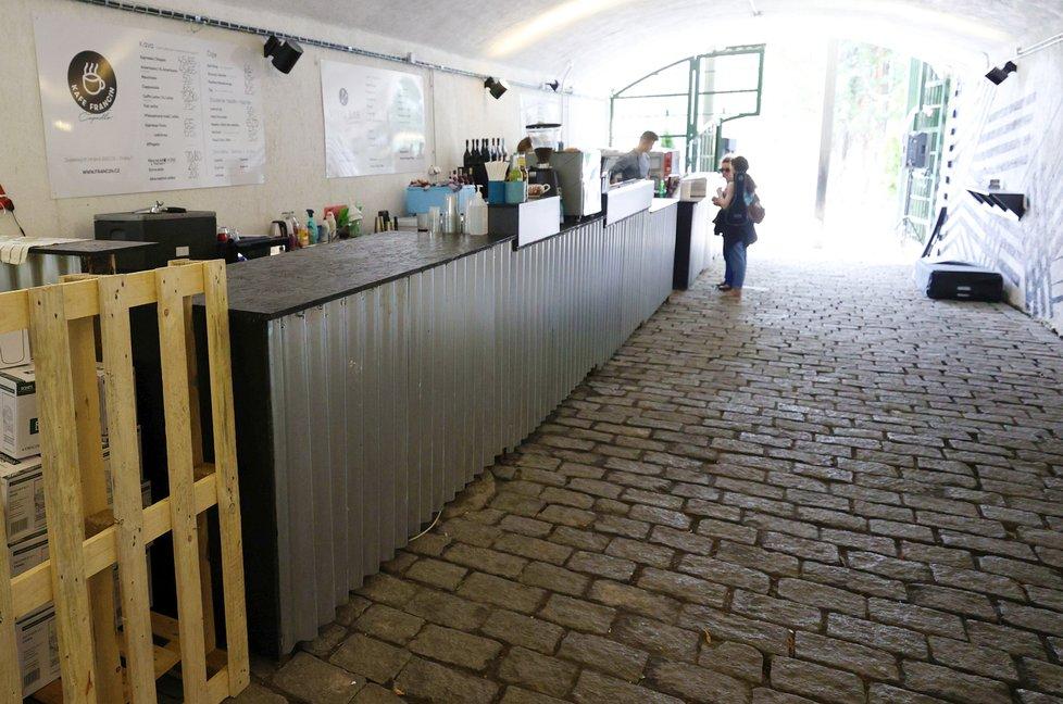 Občerstvení, zábava, hudba, odpočinek ani trocha sportu nechybí v novém prostoru pod Smetanovým nábřežím, v Čapadle.