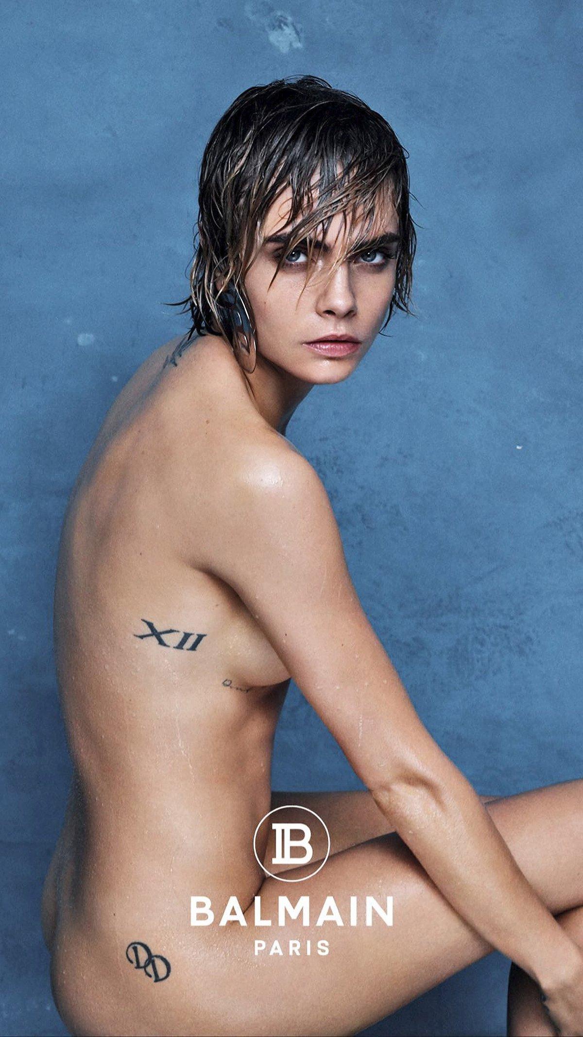 Cara se nebojí ani nahých reklam, tady z plakátu značky Balmain.