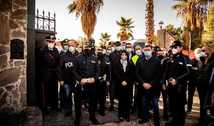 Italská policie při zásahu proti klanu Casamonica