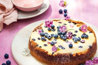 Recept na cheesecake s borůvkami a karamelovými sušenkami: Klasika, kterou zvládnou i děti