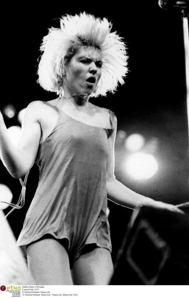 Zpěvačka kapely Blondie Debbie Harry během koncertů po podiu často lítala téměř nahá