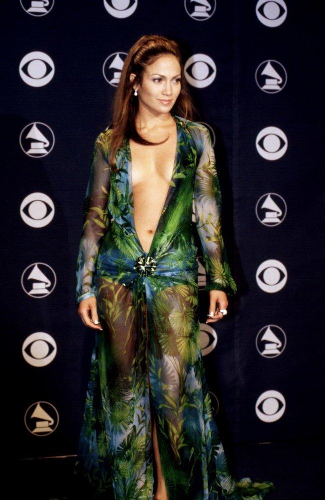 O další ikonický braless moment se zasloužila J.Lo v šatech Versace na předávání Grammy v roce 2000