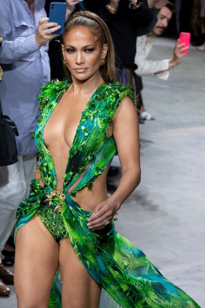 V roce 2019 zpěvačka na milánském fashion weeku vynesla aktualizovaný model zelené róby