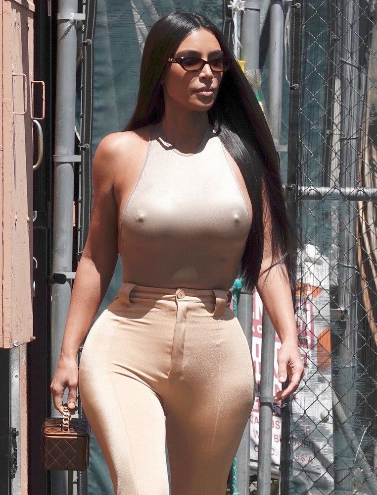 Ani profesionální celebrita Kim Kardashian by se bez několika braless momentů neobešla
