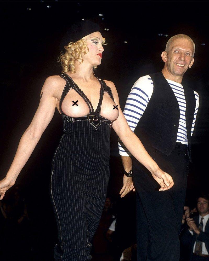Za možná nejslavnější módní moment bez podprsenky můžeme považovat její vystoupení na benefiční přehlídce Jean Paul Gaultier v roce 1992