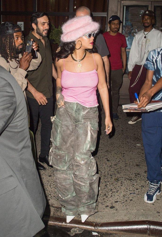 Kdokoliv jiný by v takovém outfitu vypadal jako bubák, ale Rihanna je prostě Rihanna