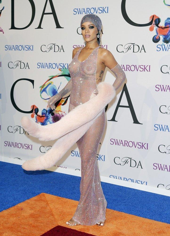 Jak se pozná ikona? Přesně takhle! Na nahé, krystaly Swarovski poseté šaty, které Rihanna vynesla v roce 2014, nezapomene asi nikdo z nás