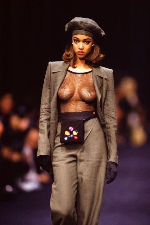 Když je řeč o módních přehlídkách, takhle se po mole prošla Tyra Banks v roce 1991 v modelu Sonia Rykiel