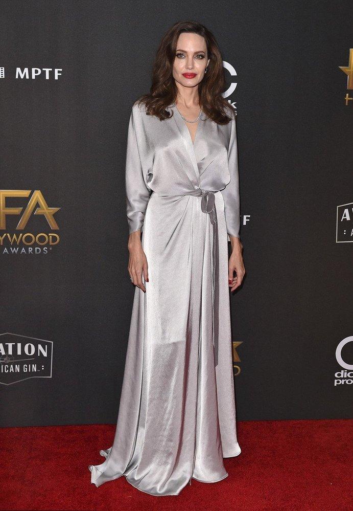 Angelina Jolie v šatech Jenny Packham