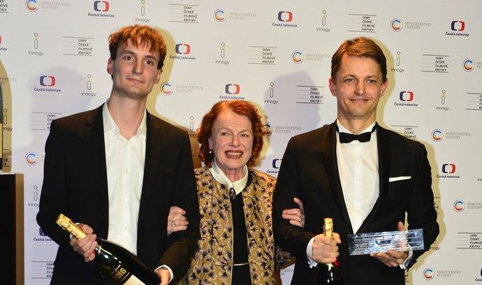 Cenu za nejlepší film přebírali: Slovinský režisér Olmo Omerzu (vlevo) a producent Jiří Konečný (vpravo) za Rodinný film, ocenění jim předala herečka Iva Janžurová (uprostřed).