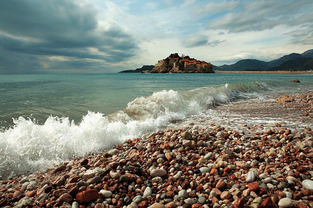 Černohorské pobřeží Jadranu není delší než tři sta kilometrů. Je ovšem daleko osobitější než sousední a mnohem rušnější Chorvatsko.