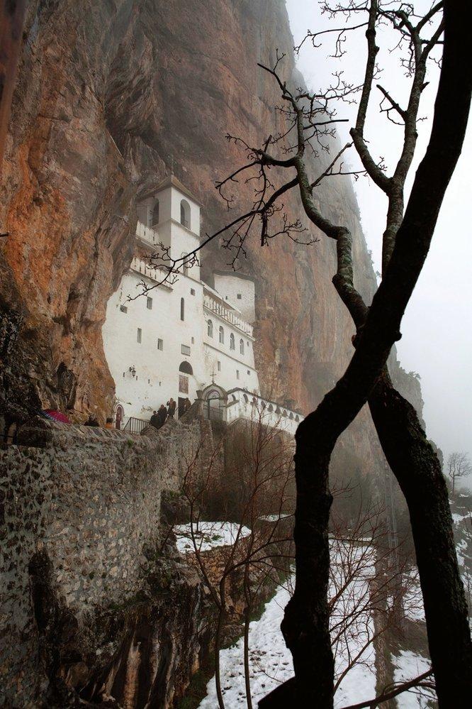 V klášteře Ostrog jsou uloženy ostatky svatého Vasilije