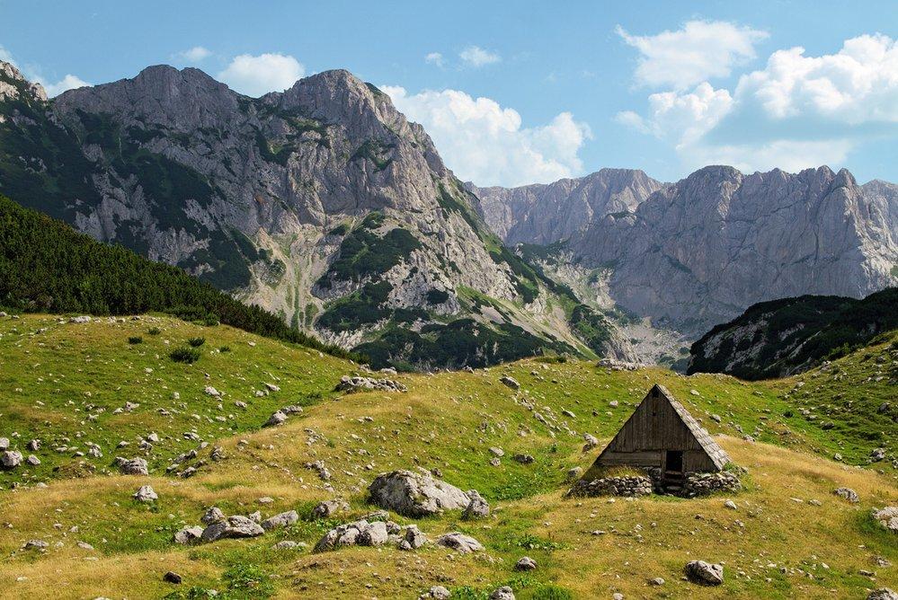 Z alpských luk se salašemi se v pohoří Durmitor zvedají dominantní vápencové vrcholy