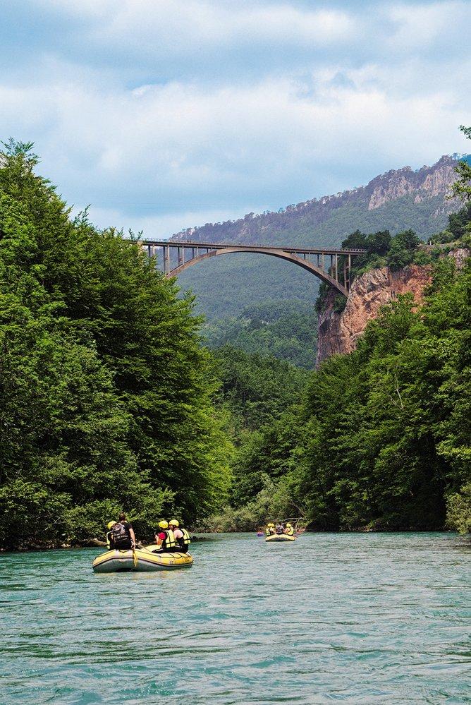 Přes kaňon řeky Tary se ve výšce přes 170 metrů klene Jurčevičův most