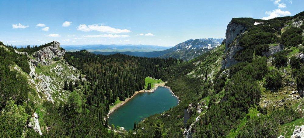 Malebné Jablan jezero je schované v hlubokém karu pod příkrou skalní stěnou vrcholu Crvena Greda