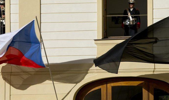 Černé vlajky zavlály 14. listopadu na Pražském hradě v souvislosti s teroristickými útoky v Paříž