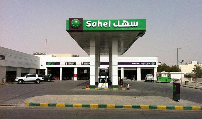 Čerpací stanice v Saúdské Arábii. Klesající příjmy z ropy působí zemi značné potíže