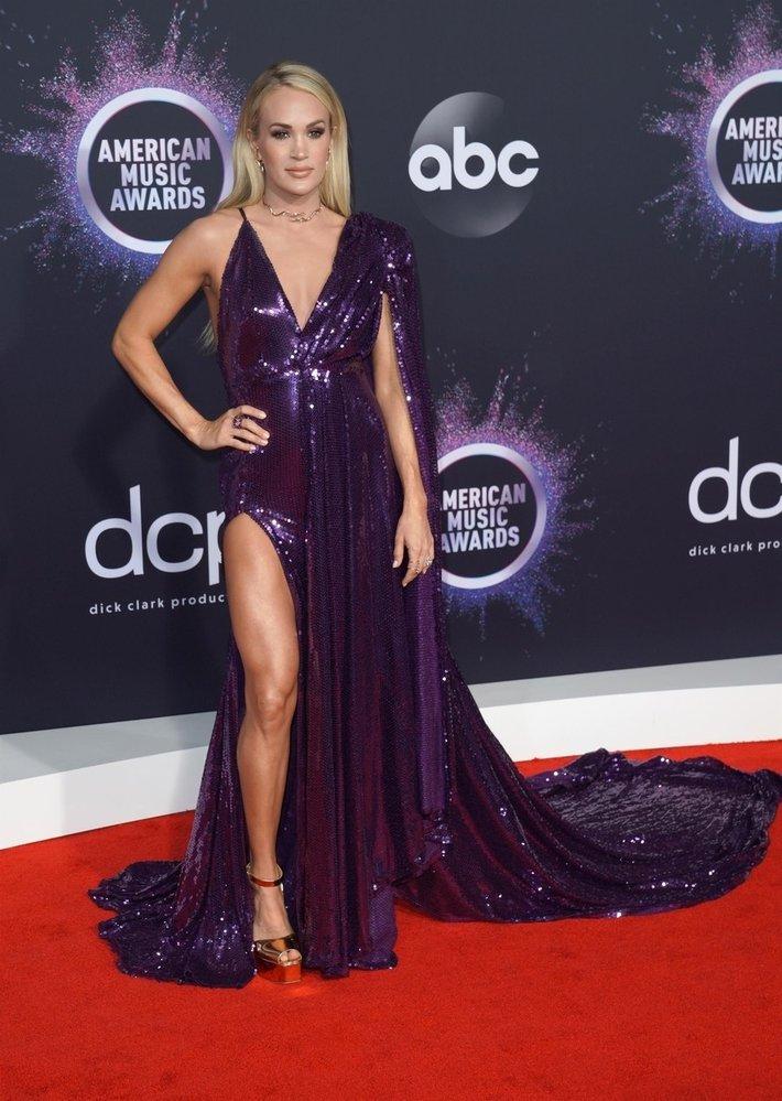 Zpěvačka Carrie Underwood v třpytivé temně fialové róbě