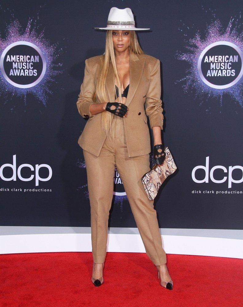 Modelka Tyra Banks v kalhotovém kostýmku Don Morphy